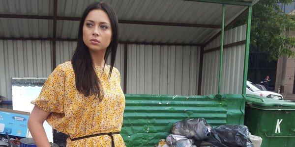 Самбурская на фоне мусорки