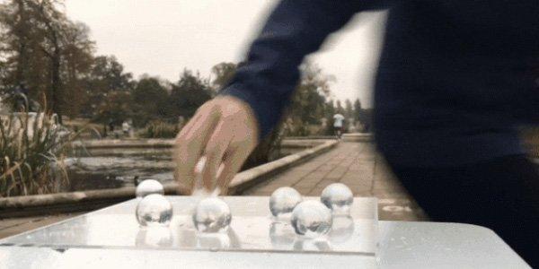 берут водяной шарик на бегу