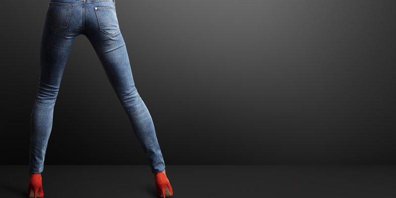 узкие джинсы на красных каблуках