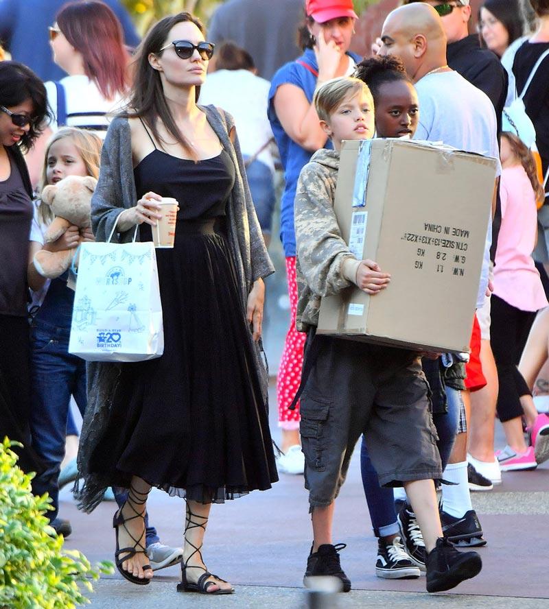 Джоли гуляет с дочерьми
