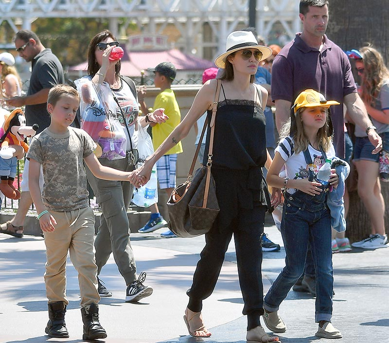 Джоли с детьми в диснейленде