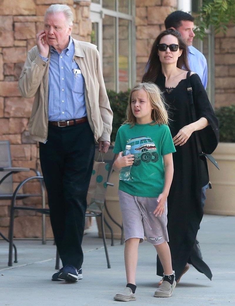 Джоли с отцом Войтом и дочерью