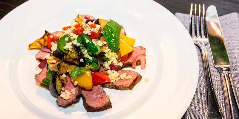 Салат с говядиной, томатом и печёным баклажаном