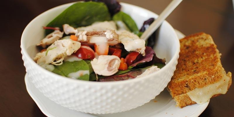 Салат с шампиньонами и томатами