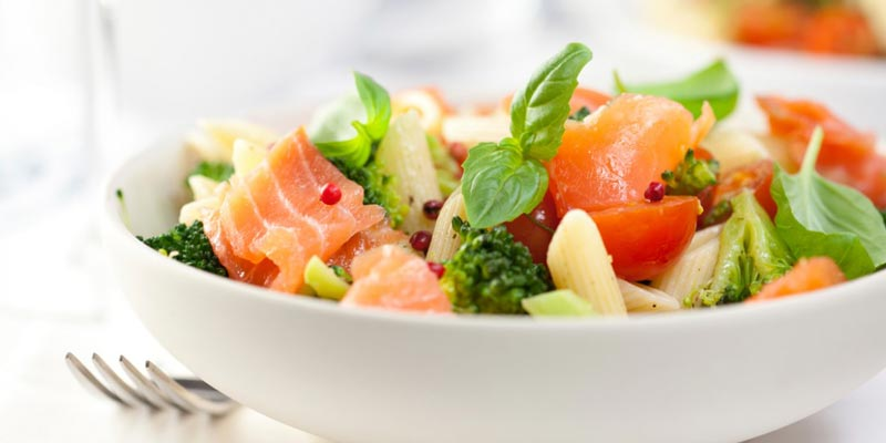 Салат с лососем, пастой и помидорками черри