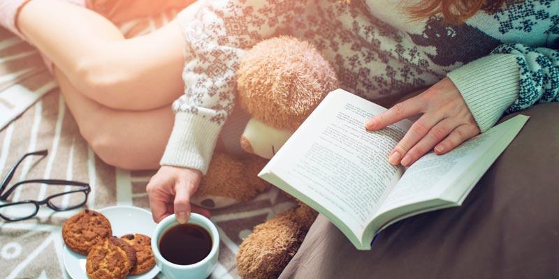 Девушка читает книгу, чтобы снять стресс
