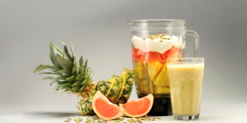 Домашний коктейль для похудения из грейпфрута, ананаса, йогурта и имбиря