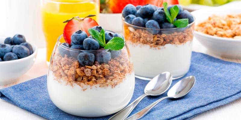 Кисломолочный продукт со свежими ягодами или орехами