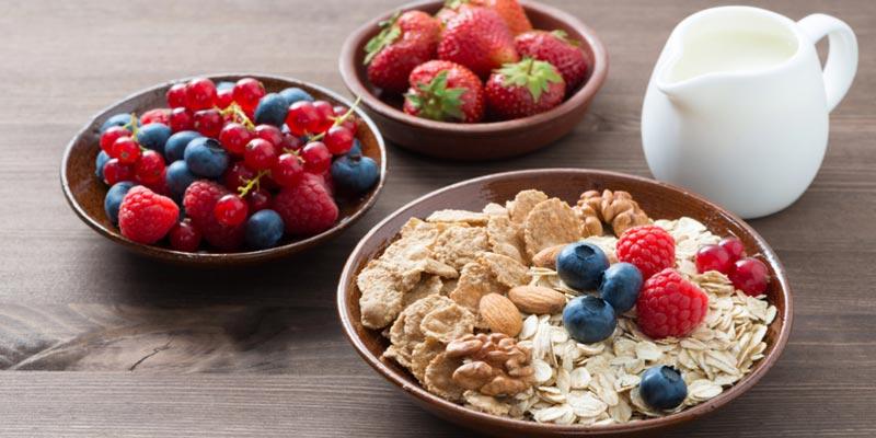 Овсянка со свежими или замороженными ягодами и орехами