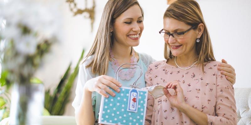 Идеи оригинальных и полезных подарков маме на день рождения