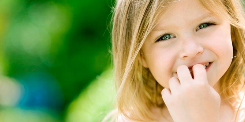 Почему ребенок грызет ногти и что делать – советы психолога
