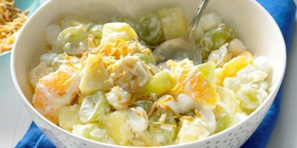 Фруктовый салат из апельсина, ананаса, винограда и маршмеллоу с йогуртом