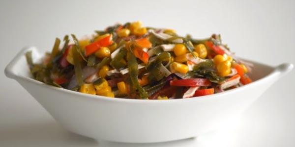 Рецепт салата из морской капусты с крабовыми палочками, перцем и кукурузой