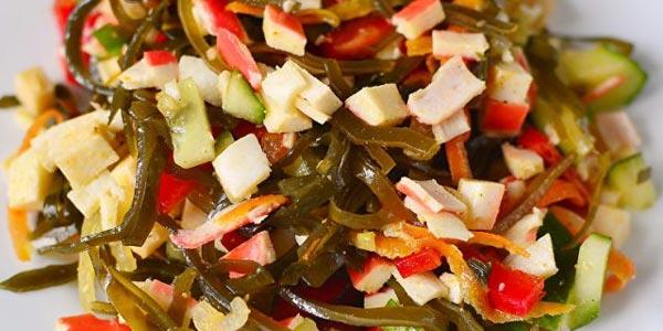 Салат из морской капусты с крабовыми палочками и яйцами