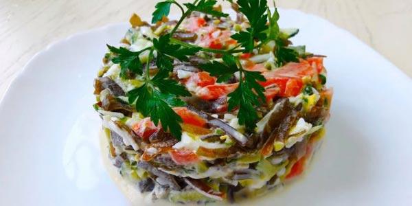Салат из морской капусты с огурцами, сёмгой и яйцами