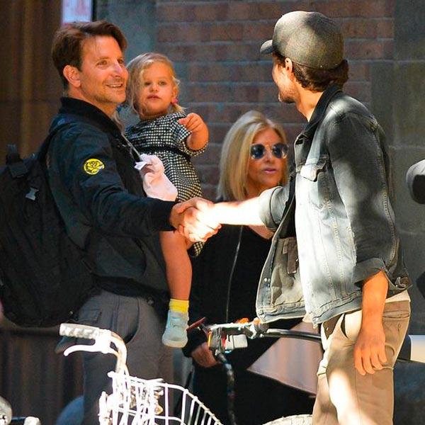 Брэдли Купер гуляет с дочерью в Нью-Йорке после развода